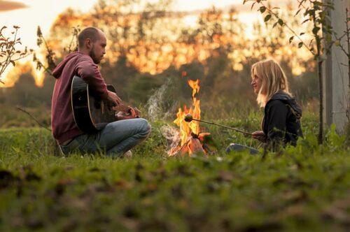 焚き火する二人