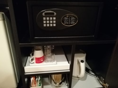 TVの下ボード内