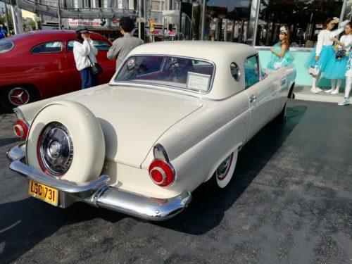 メルズドライブイン白い車