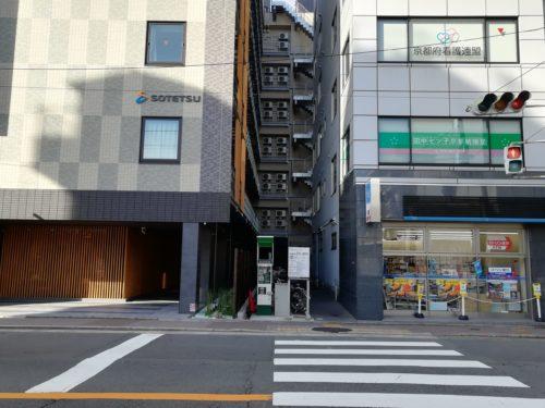 フレッサイン京都駅の横にコンビニ