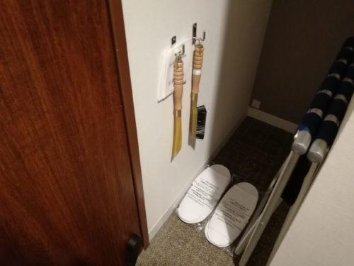 ドアの横のスリッパ