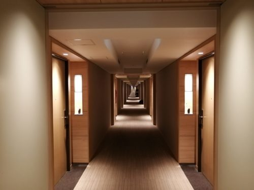 連の客室の廊下