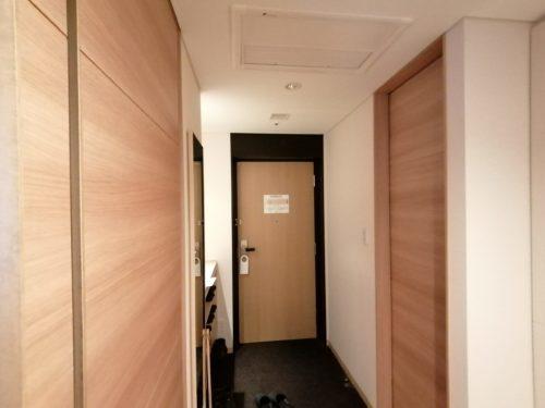 連の部屋から見たドア