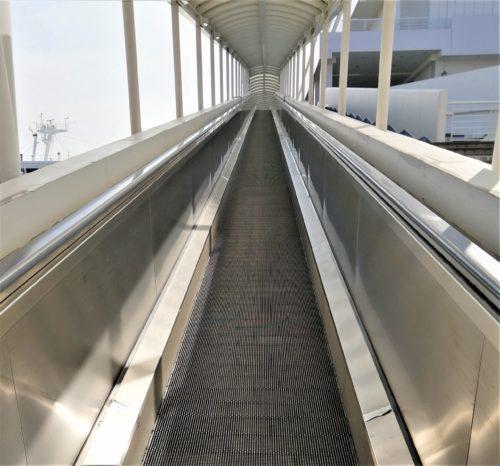 ターミナルのウォークエスカレーター